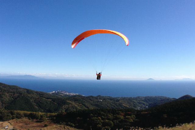 【静岡・パラグライダー】1日たっぷり空を飛んで、ストレス解消に!パラグライダー体験&タンデムプラン(温泉チケット付)