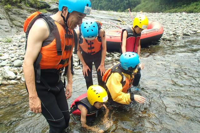 半日・吉野川ツアー・家族でラフティング体験