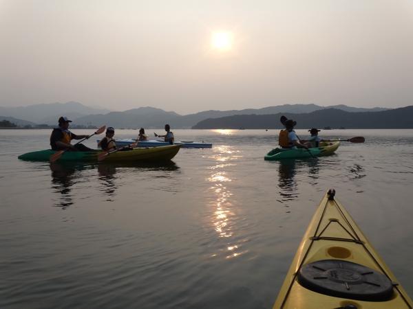 【徳島・鳴門・サンセットカヤック】幻想的な瞬間へ。穏やかな海で楽しむ夕暮れ