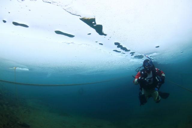 【北海道支笏湖・アイスファンダイビング】冬の水中散歩!9年連続水質日本1位・クリスタルブルーの湖