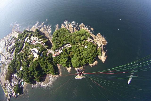 【神奈川・モーターパラグライダー】平日限定・江ノ島上空を周遊!景色を満喫できるタンデムプラン