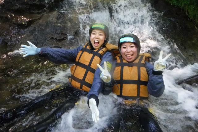 【北海道・キャニオニング】ニセコの夏休み!天然ウォータースライダー&滝つぼジャンプで大興奮