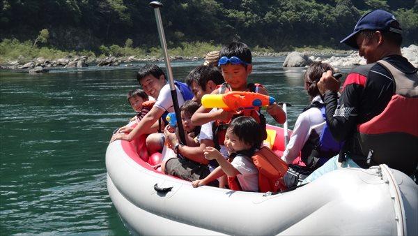 【ファミリーにもおすすめ】10人乗りの「Eボート」でわくわく川下り♪