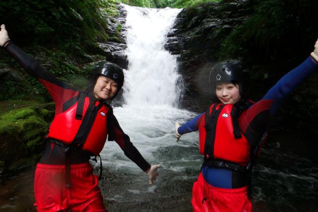 【鳥取・河原・シャワークライミング】スリリングな天然ウォータースライダー!三滝渓谷で沢登り