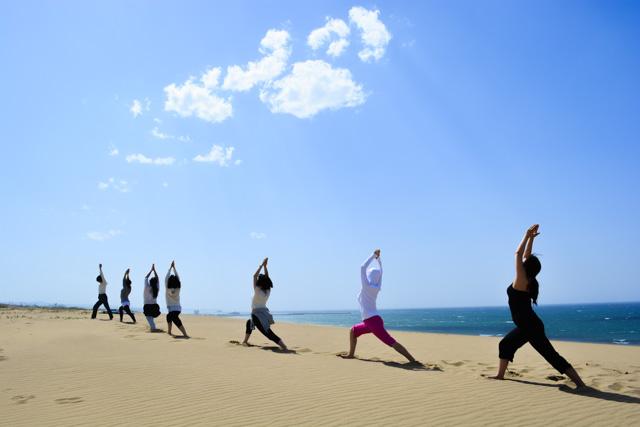 【鳥取砂丘・ヨガ体験】朝日とともに、体が目覚めていく。サンライズ砂丘ヨガ