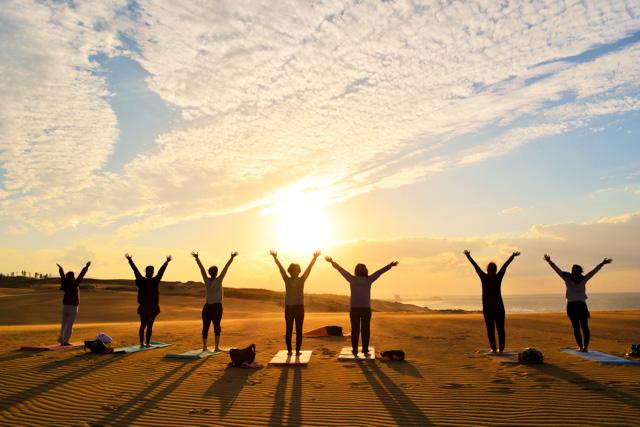 【鳥取砂丘・ヨガ体験】夕陽のパワーを全身に取り込もう!サンセットヨガ