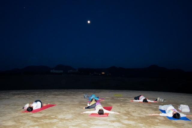 【鳥取砂丘・ヨガ体験】満月or新月の夜限定。クリスタルボウル&砂と波の月星ヒーリングYOGA (夏限定)