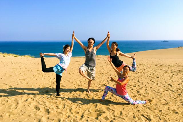 【鳥取砂丘・ヨガ体験】砂丘を踏みしめながら、ゆったり瞑想。 サンシャインヨガ (春・秋限定)