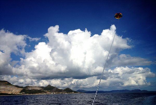 【本部発・パラセーリング&マリンジェット】沖縄の空を舞い、海を疾走!マンタプラン