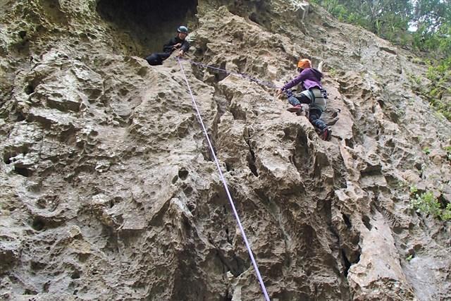 【沖縄・ロッククライミング】初心者でもガッツリ登れる!南国の岩壁でクライミングデビュー!