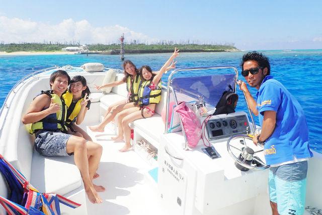 【沖縄・渡久地港発・水納島・マリンスポーツ】バナナボートと海水浴&2箇所でボートシュノーケリング(ランチ付き)