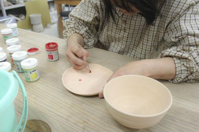 【岐阜・陶芸体験】お子さまの創作デビューにも!カラフルな絵具でのびのび絵付け