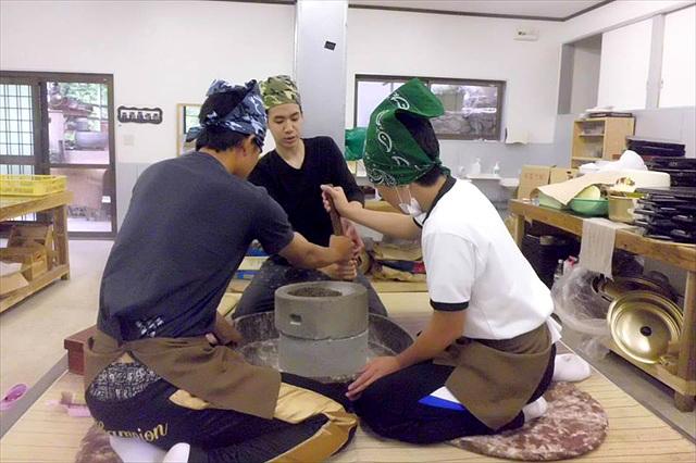 秘境・奥祖谷で伝統の技を体験!古式手打ちそば体験塾