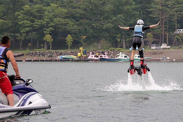 【山中湖・フライボード】水圧で空を飛んでみよう!ベテランがご案内するフライボード体験