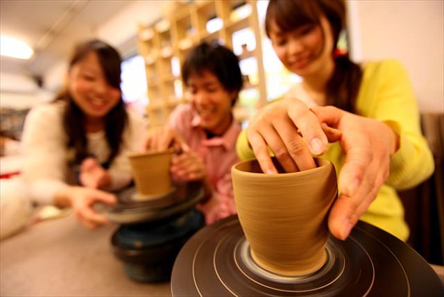 【福岡天神・陶芸体験】オリジナルの器作り!手びねり成形体験or絵付け体験