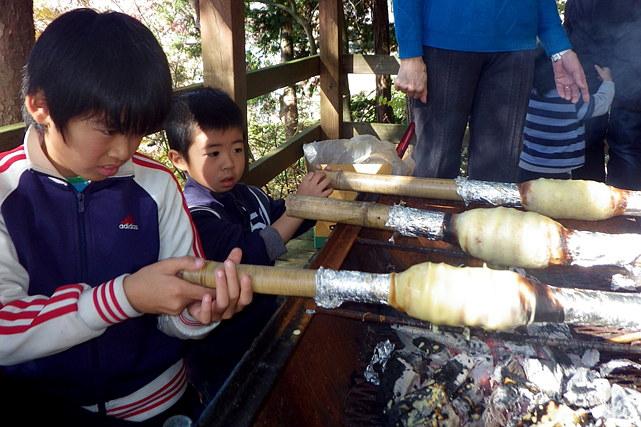 【山梨河口湖・料理体験】くるくる回すのが楽しい!焚火でバウムクーヘンを作ろう