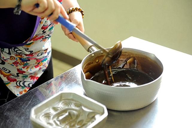 【沖縄・料理体験】工場見学も楽しめる!お土産にぴったりの黒糖を作ろう