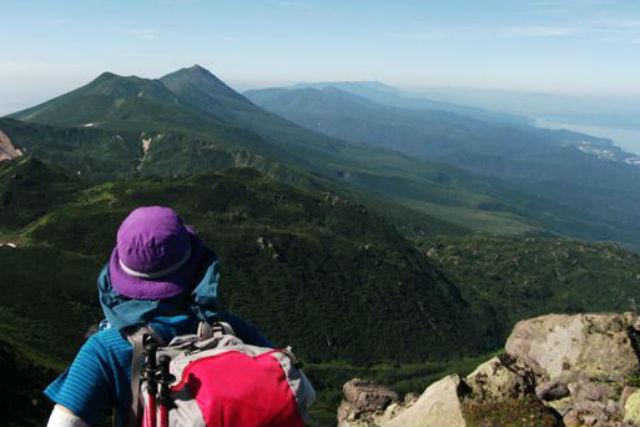 【知床・登山ツアー】迫力ある火山口とエメラルド色の湖!絶景を眺める「雌阿寒岳登山・野中温泉コース」