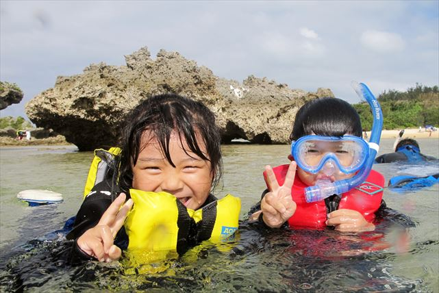【恩納村・シュノーケリング】折り重なるサンゴ礁を鑑賞!リーフトレッキング&シュノーケル