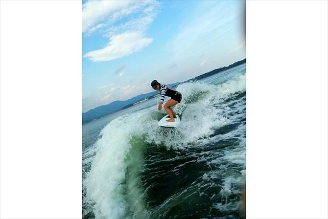 【浜名湖・ウェイクサーフィン】サーフィンの醍醐味をたっぷり味わう!浜名湖でのウェイクサーフィン体験