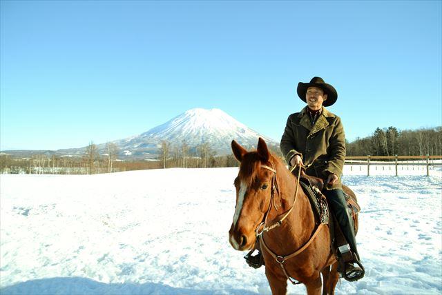 【北海道・ニセコ】馬と心を通わせ、ぬくもりを感じる冬の乗馬体験