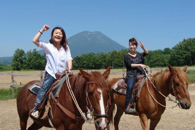 【北海道・乗馬・60分】ニセコが見渡せる丘をめざす!レッスン+トレッキングプラン