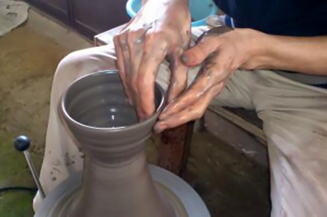【滋賀・信楽焼・陶芸体験】陶芸家の気分になりきって作陶!電動ろくろ体験