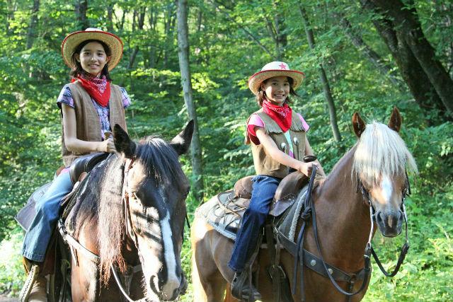 【八ヶ岳・乗馬体験】初心者でも安心して馬に乗って森林散策を満喫できるカウボーイパック
