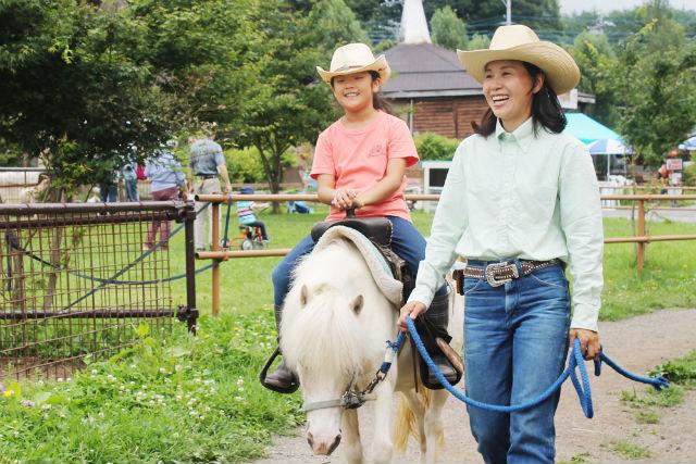 【八ヶ岳・乗馬体験】牧場の一員になれる!馬のお世話と引き馬がセットになった牧場体験学習