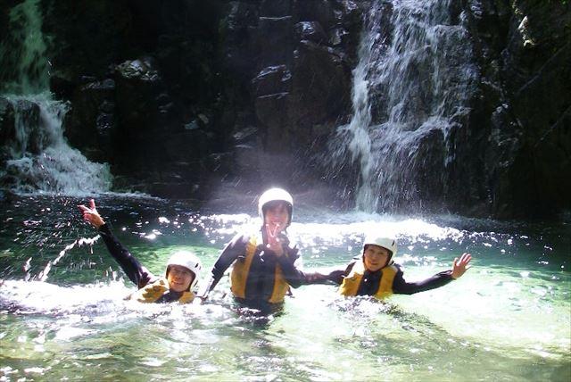 【岐阜県・下呂市・沢登り】 水の感触が気持ちいい!下呂市の清流で清涼・沢登り体験しよう