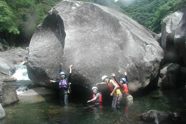 【屋久島】シャワークライミング小揚子川コース 水のパワーを全身で感じるツアー