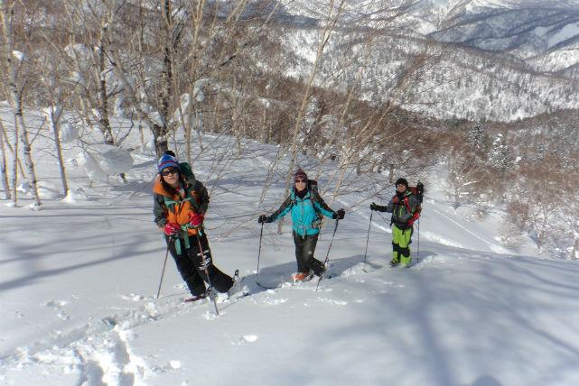 【北海道・札幌・スノーシュー】美しい氷の宮殿!冬の滝を見に行こう