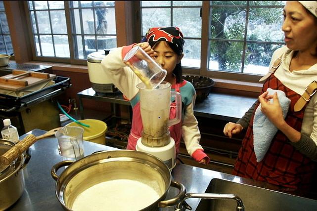 【加賀・豆腐作り】古い小学校の校舎で、ゆったり楽しむ豆腐作り教室