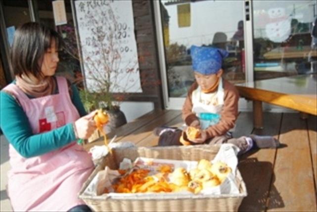 【佐賀県佐賀市・料理体験】もぎたての柿で旨味たっぷりの干し柿を作ろう!