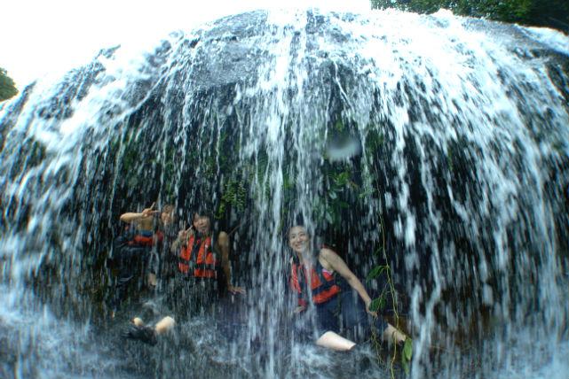 【西表島・カヌー&トレッキング】滝の中に入れます!サンガラの滝で遊ぶ半日お手軽プラン