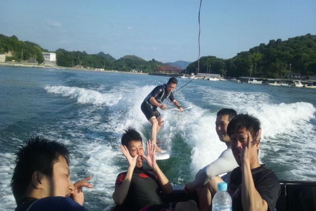 【広島県尾道市・ウェイクサーフィン】仲間たちと、思う存分波に乗ろう!ウェイクサーフィン貸切プラン