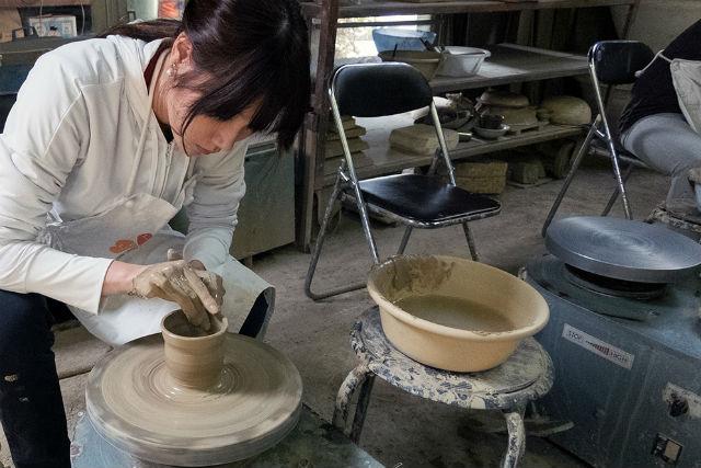 【徳島県・陶芸体験】気分は陶芸家!大谷焼の窯元で、本格電動ろくろに挑戦(3つ焼成)
