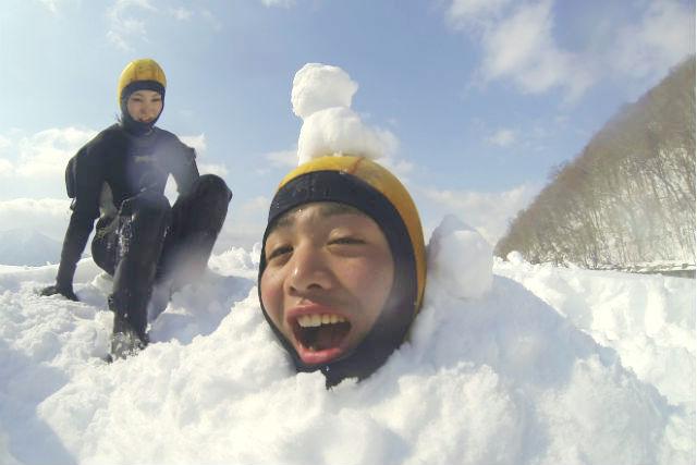 【北海道支笏湖・アイスウォーク】自然を感じるアイスウォーク!10年連続水質日本1位の支笏湖で遊ぼう