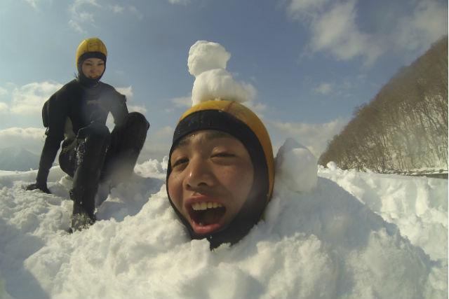 【北海道支笏湖・アイスウォーク】自然を感じるアイスウォーク!9年連続水質日本1位の支笏湖で遊ぼう