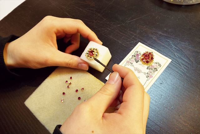 【神戸・アクセサリー作り】力強い輝きを放つ、スワロフスキーのミニブローチを手作り