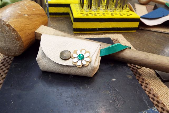 【神戸市・ストラップ付コインケース作り】縫わないからカンタン!レザーコインケース作り