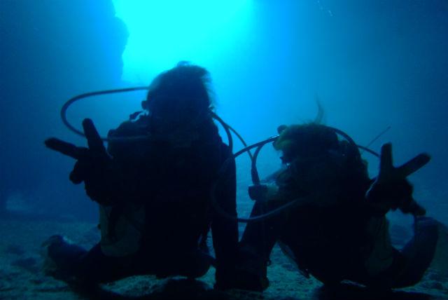 【沖縄・体験ダイビング】神秘の世界!大人気スポット青の洞窟をめぐろう!