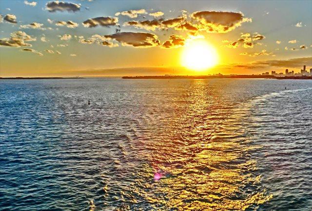 【沖縄県北谷町・BBQ&サンセットクルージング】夕日が照らす美ら海と、絶品BBQを堪能!