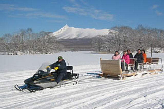 【函館・スノーモービル】ガイドの運転で快適!大型そりで氷上島巡りクルーズ