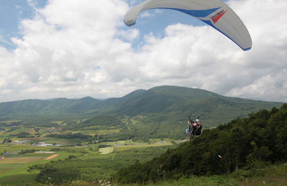 【北海道赤井川村・パラグライダー】空から北の大地を眺めよう!タンデムフライト体験