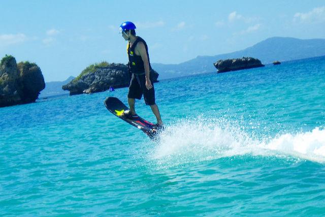【沖縄県名護/瀬底島・ホバーボード】沖縄を遊び尽くす!ホバーボード&パラセーリング&マリンパック3