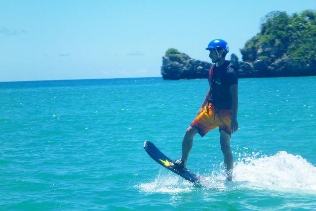 【沖縄県名護/瀬底島・ホバーボード】宙に舞う!ホバーボード体験&ビーチ体験ダイビング