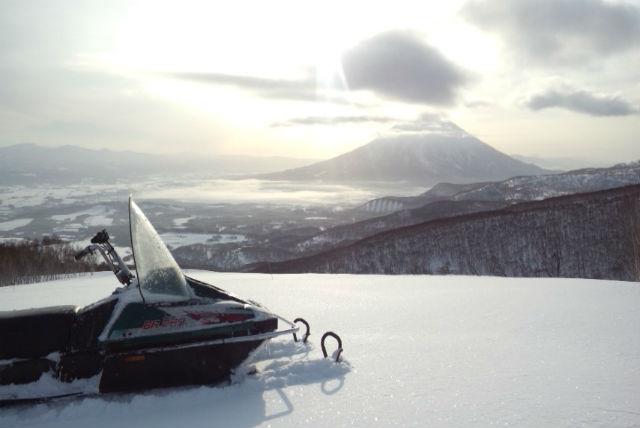 【ニセコ・貸切・スノーモービル】貸切で楽しめる!樹海と山を駆け抜けるスーパービューコース