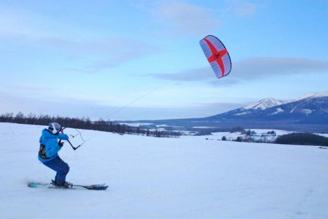 【北海道・富良野・スノーカイト】風の力で、雪原を滑ろう!富良野で爽快なスノーカイト体験