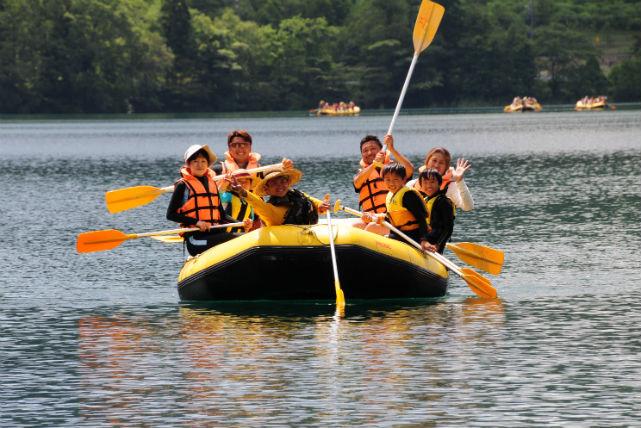 【長野・ガイドツアー】安定感あるラフトボードで、青木湖ピクニックに出かけよう!